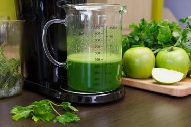 Сок из петрушки и яблок в соковыжималке Hurom H-100