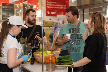 Посетители слушают рассказ о работе техники Хюром