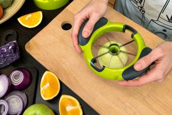 Нарезка яблока на ломтерезке Konstar