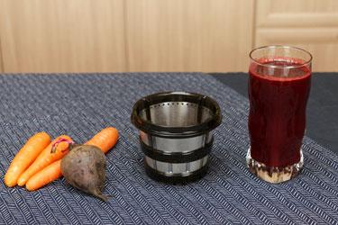 Морковно-свекольный сок в соковыжималке Hurom Premium H-AI (сетка для соков)