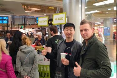 Мистер Ким и Виктор Чиликин на презентации Hurom H-100 в ТРК «Атмосфера»