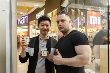 Директор по продажам Hurom Джейсон Ким и креативный директор Семён Веганский на дегустации соков в ТРК «Атмосфера»
