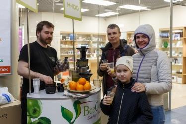 Наши подписчики на дегустации апельсинового сока без мякоти в ТРК «Атмосфера»