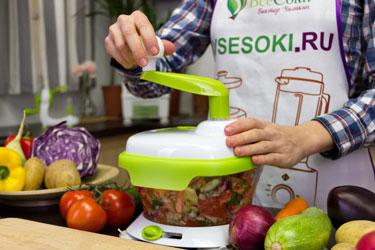 Салат из томатов, огурцов и красного лука в измельчителе Konstar