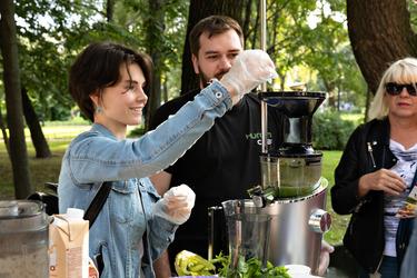 Гостья готовит зелёный сок на Хюром Аш-100