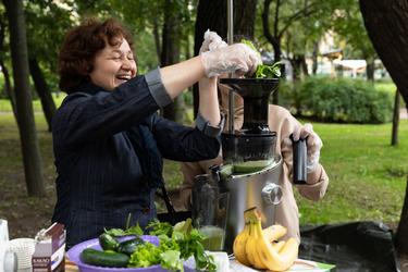 Под чутким руководством специалистов посетители готовят соки