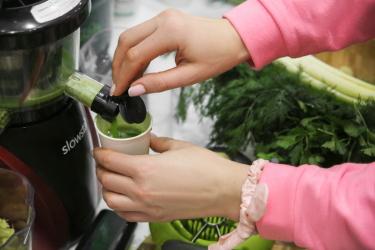 Зелёный сок в соковыжималке Tribest Slowstar
