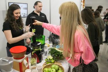 Посетители на выставке самостоятельно готовят зелёный сок