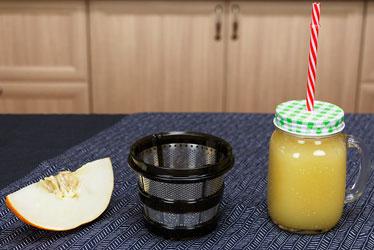 Дынный смузи в соковыжималке Хуром Альфа Плюс (сетка для соков с мякотью)