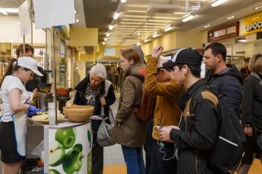 Заинтересованные посетителя стенда с Hurom H-100