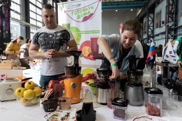 PR-директор компании Семён помогает гостям готовить свекольный сок