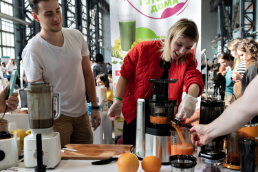 Готовим морковный сок на вертикальной шнековой соковыжималке