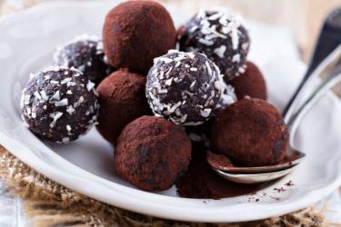 Сыроедческие конфеты в кокосовой стружке
