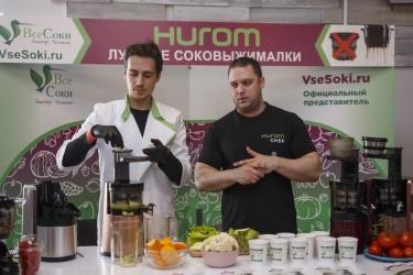 Специалист по технике Hurom Игорь и креативный директор Семён готовят сок против рака