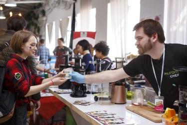 Специалист по технике Hurom Дмитрий угощает соками посетителей корейского фестиваля