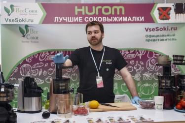 Дмитрий проводит мастер-класс по мультивитаминному соку из книги рецептов Hurom