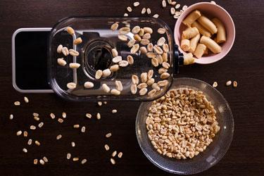 Приготовление арахисовой пасты в соковыжималке Хуром Шеф