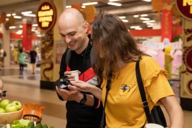 Посетители изучают двухвитковый шнек соковыжималки Hurom H-100