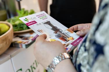 Посетители изучают наши брошюры