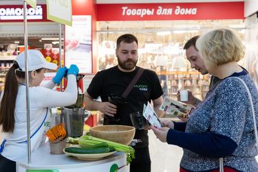 Посетители изучают брошюры