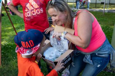 Счастливая мама показывает детям измельчитель