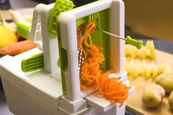 Нарезка моркови на компактной спиралерезке Konstar