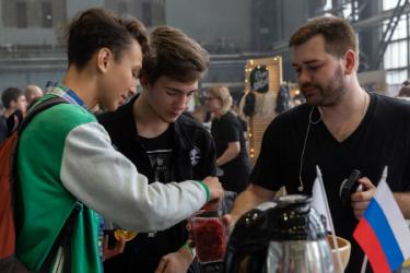 Специалист Дмитрий рассказывает гостям о технике