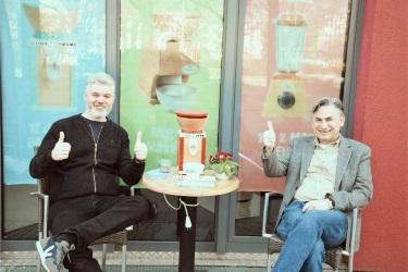 Основатель компании KoMo Питер Койдль (справа) на открытие шоурума в Берлине
