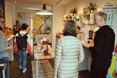 Первые посетители уютного выставочного бутика КоМо в Берлине